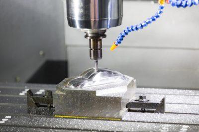 Machineklemmen die worden gebruikt om dit blok metaal op zijn plaats te bevestigen