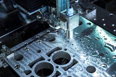 Voorbeeld van een metalen plaat in een opspanning tijdens het bewerken