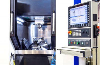 Voorbeeld van geavanceerde opspanning wanneer een CNC-machine verder gaat dan 3 assen.